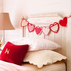 sirdeliu girlianda Valentino dienai ant lovos