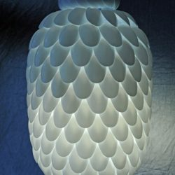 šviestuvas iš plastmasinių šaukštų ir butelio