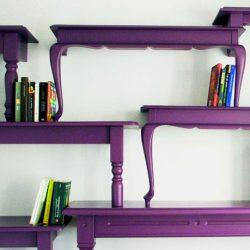 violetinė lentyna iš stalų