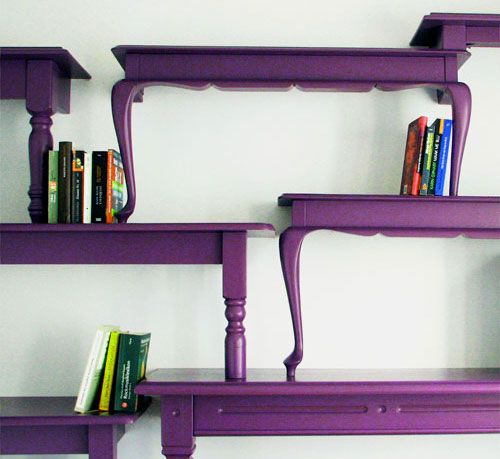 violetinė lentyna pagaminta iš stalų