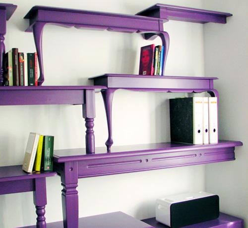violetinė lentyna iš stalų, knygos