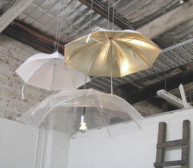 trys skėčiai šviestuvai palubėje