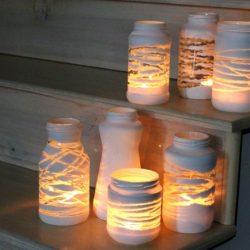 dažyti stiklainiai žvakidės ant laiptų pakopų