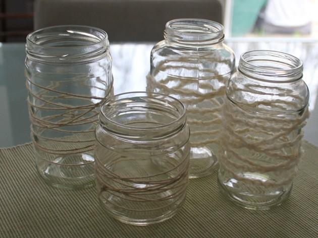 stiklainiai apvynioti vilnoniais siūlais