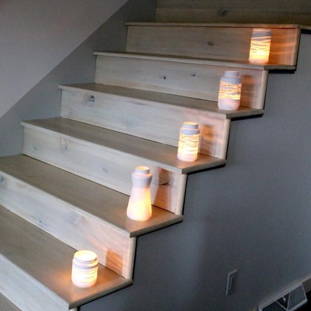 dažytas stiklainis žvakidė ant kiekvienos laiptų pakopos