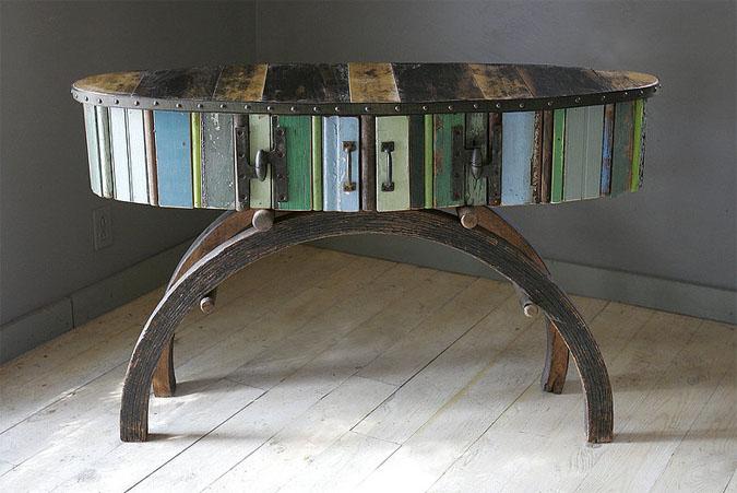 ovalinis stalas ant apvaliu kokju