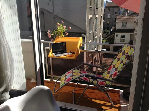 ant balkono remu pakabinamas staliukas geltonas