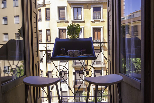 ant balkono remu pakabinamas staliukas melynas, dvi kedes
