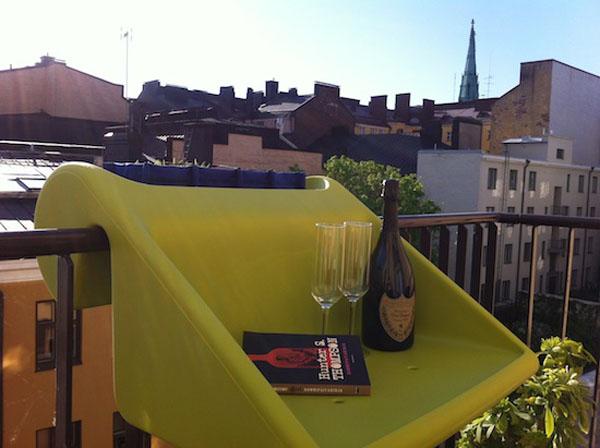 ant balkono remu pakabinamas staliukas geltonas senamiestyje