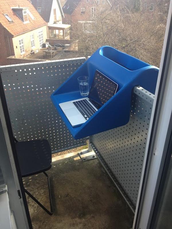 ant metaliniu balkono remu pakabinamas staliukas melynas