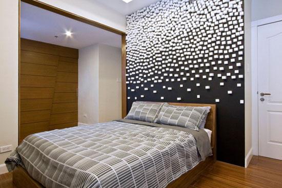 balti kubeliai siena miegamajame spinta