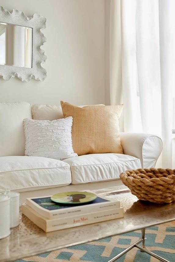 pagalveles balta sofa