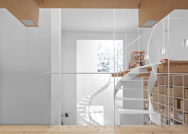 Du sukti laiptai ir kopėčios namo interjere