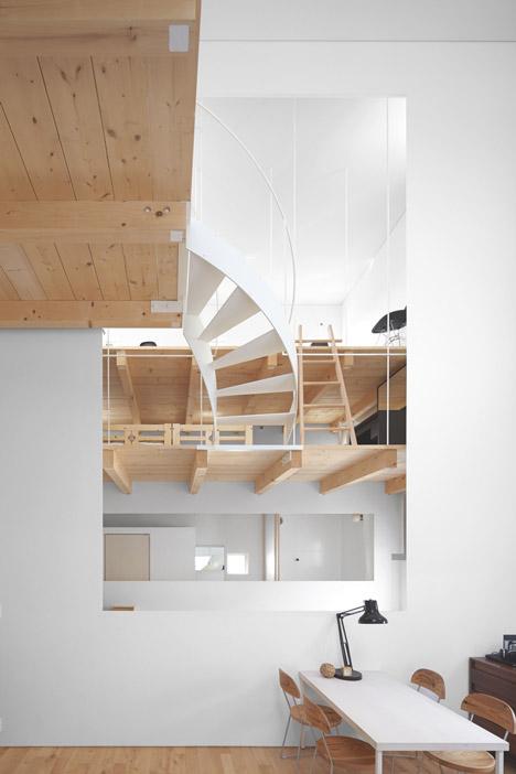 2 sukti laiptai patalpoje langas 2