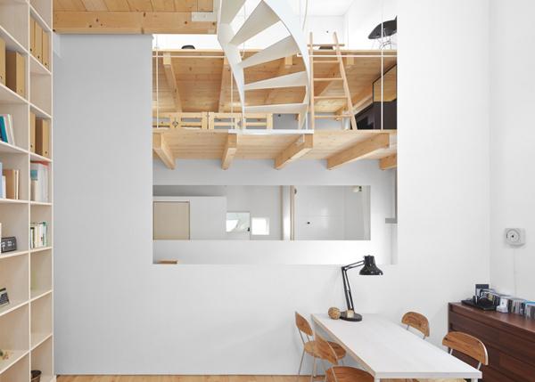 2 sukti laiptai patalpoje langas