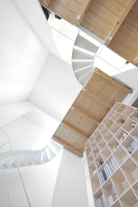 2 sukti laiptai patalpoje vaizdas is apacios