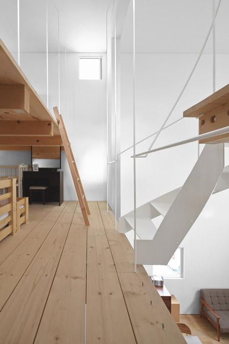 sukti laiptai patalpoje kopecios