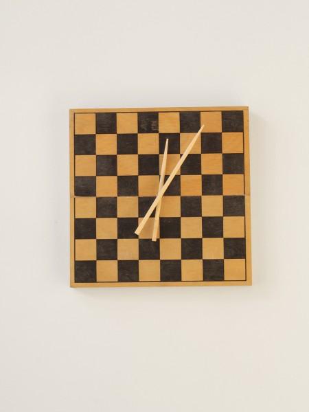5. Laikrodis is sachmatu lentos ir valgymo lazdeliu_Indi.lt