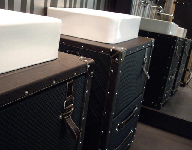 lagaminas spintele voniai
