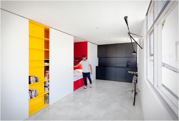 nedidelis butas, geltonos lentynos, raudonas miegamasis