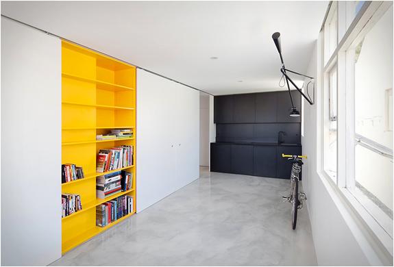 nedidelis butas, geltonos lentynos