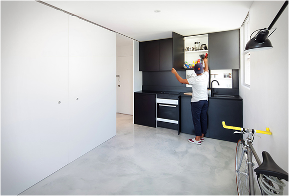 nedidelis butas, juodos spinteles, virtuve